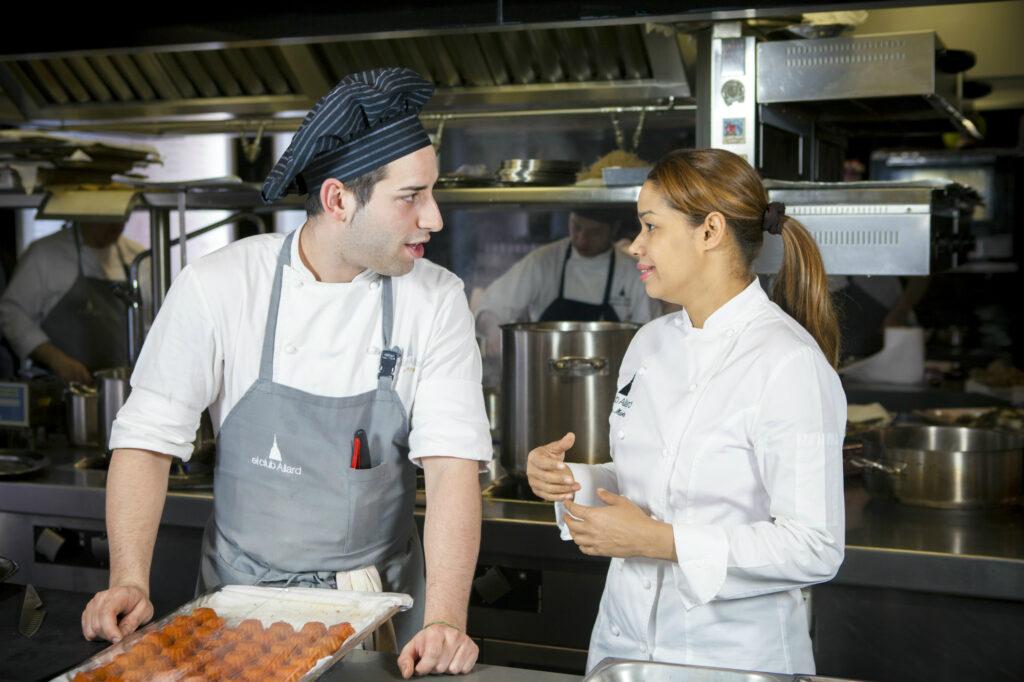 María Marte conversa con uno de los cocineros de su equipo