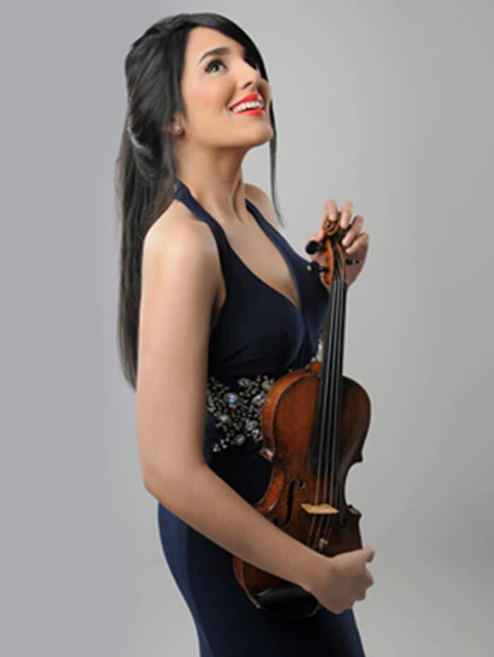 Violinista dominicana toca en los Reales Alcázares en Sevilla